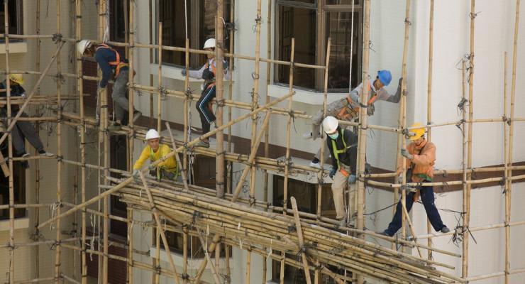 Acrobatic_Construction_Workers-001, de Terence T.S. Tam, en Flickr